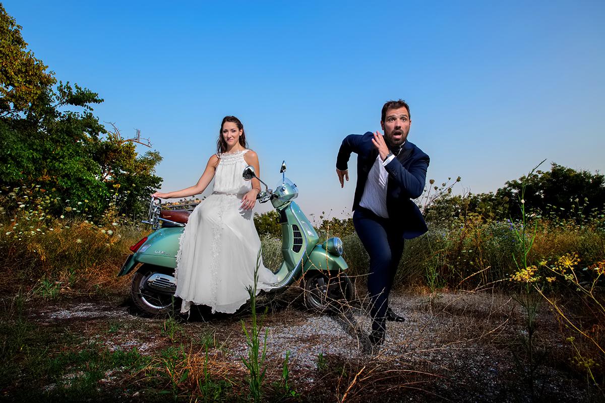 ο φωτογράφος γάμου έδωσε το λάκτισμα.φωτογράφιση γάμου στη θεσσαλονίκη.ο γαμπρός τρέχει και η νύφη κάθεται σε μια vespa.