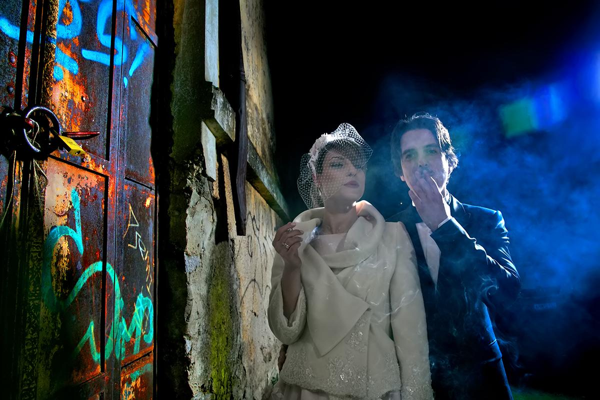 φωτογράφηση πολιτικού γάμου ,φωτογράφος γάμου από θεσσαλονίκη ,φωτογράφιση γάμου μέσα σε καπναποθήκη , το ζευγάρι καπνίζει