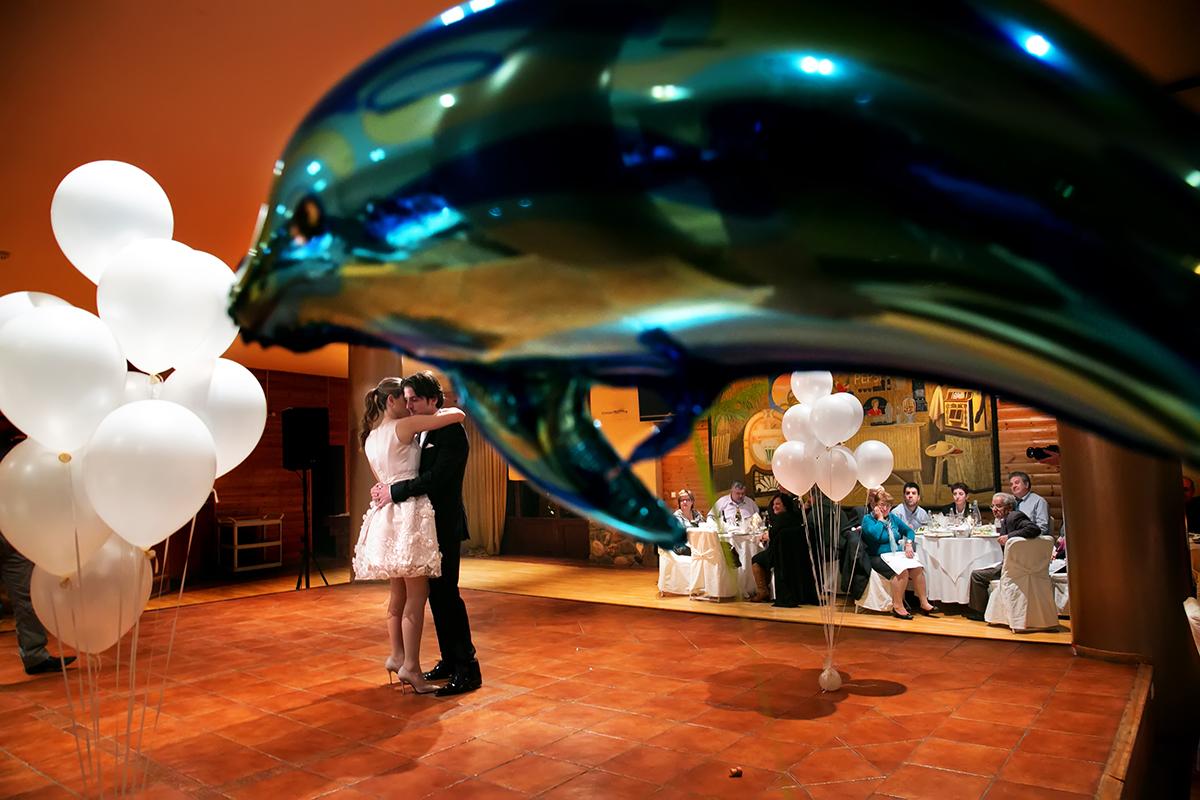 φωτογράφηση πολιτικού γάμου ,φωτογράφος γάμου από θεσσαλονίκη ,ο χορός του ζευγαριού.το ζευγάρι κάτω από ένα φουσκωτό δελφίνι