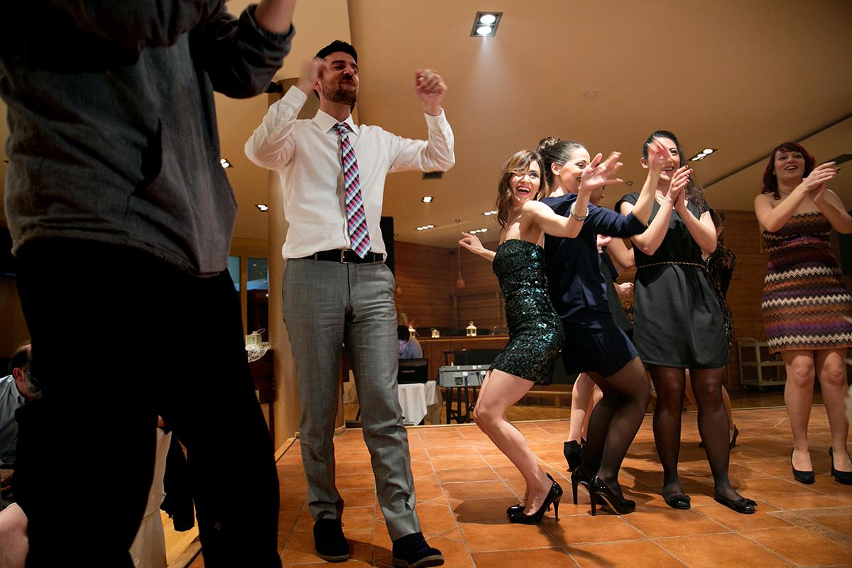 φωτογράφηση πολιτικού γάμου,φωτογράφος γάμου από θεσσαλονίκη ,τρις κοπέλες χορεύουν