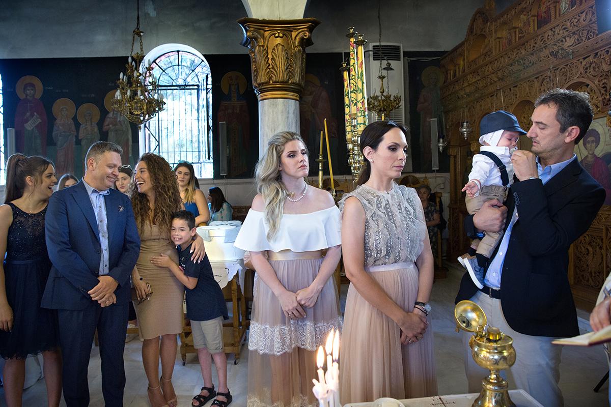 φωτογράφιση βάπτισης μέσα από το ναό, φωτογράφος γάμου από Θεσσαλονίκη.