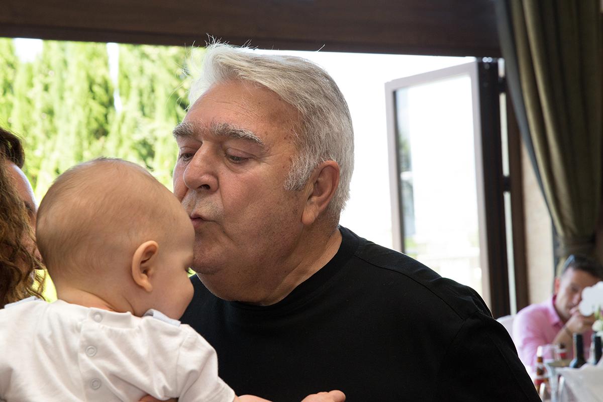 φωτογράφιση βάπτισης.Ο πασχάλης τερζής φιλάει τον εγγονό του