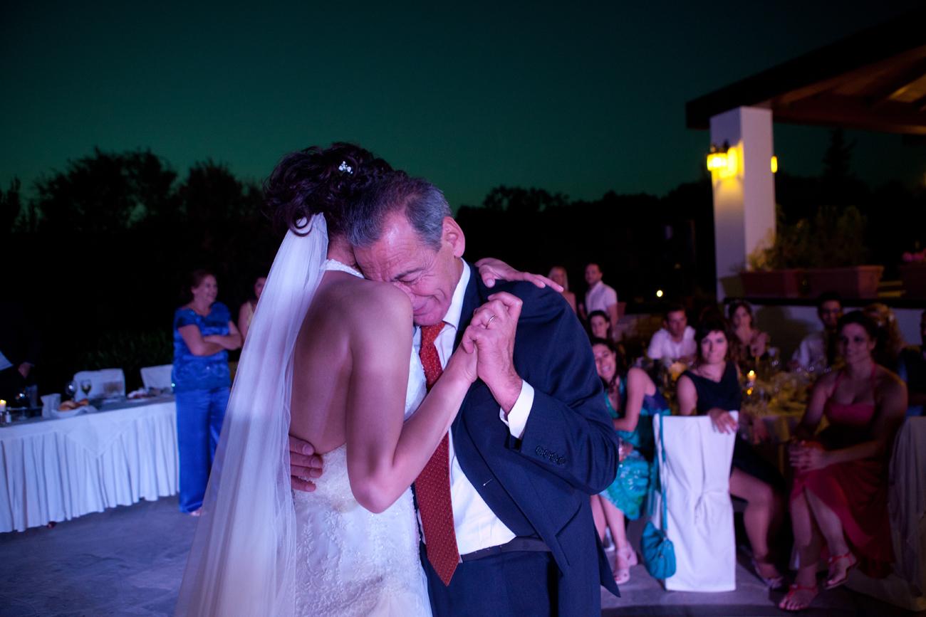 φωτογραφία από τη δεξίωση γάμου, ο πατέρας με τη κόρη του χορεύουν. Ο πατέρας της νύφης ακουμπάει με το μέτωπό του στον ώμο της.